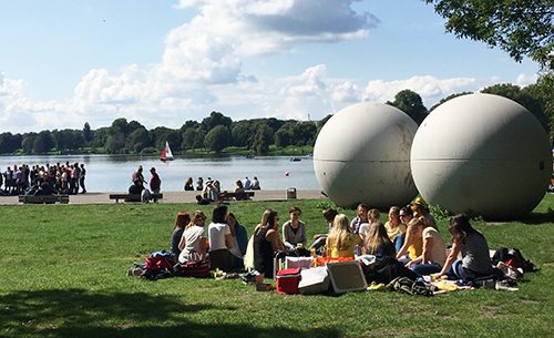 """Giant Pool Balls"" del artista Claes Oldenburg junto al lago Aasee (Münster)"